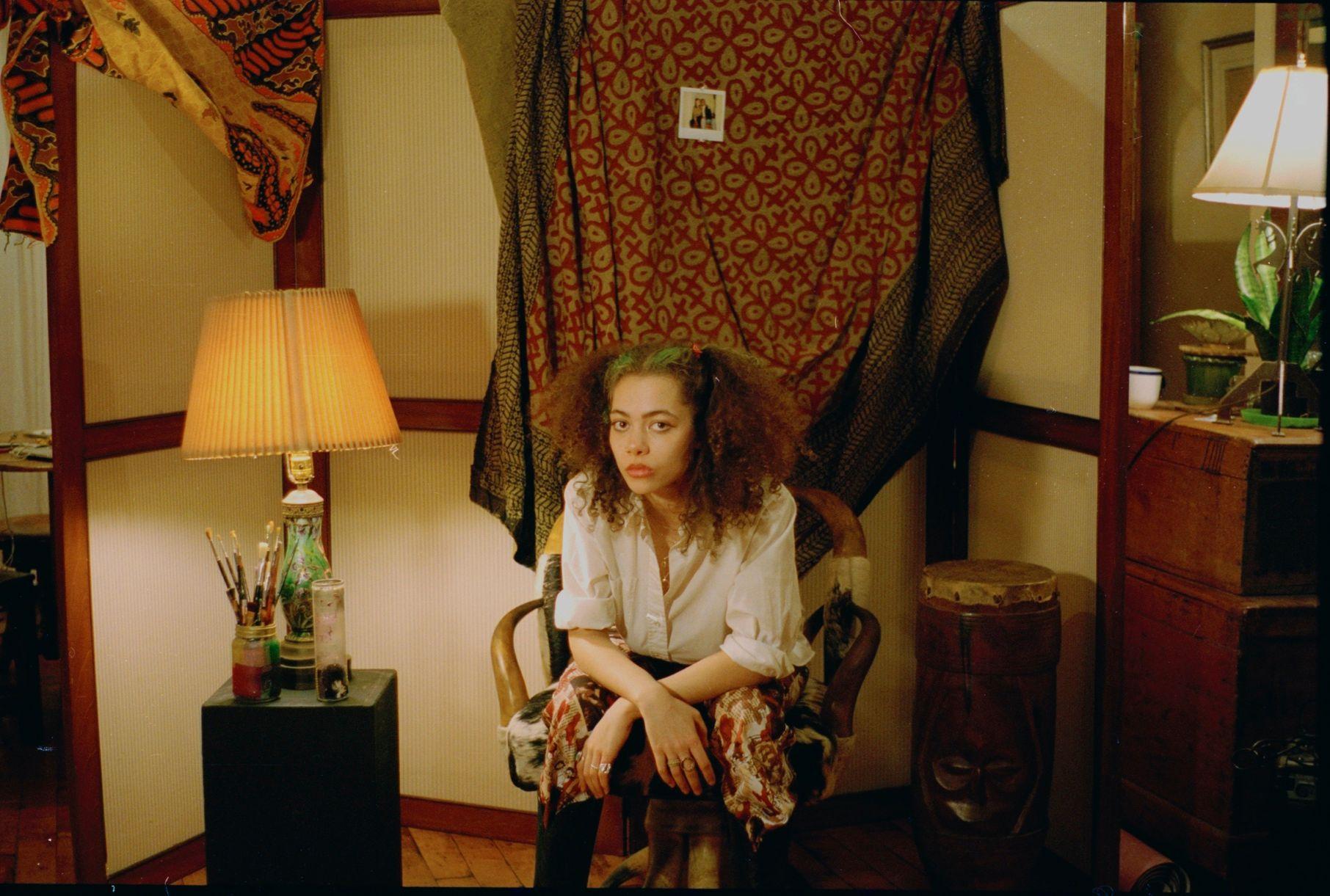 Isa Reyes sitzt in einem alt aussehenden Raum